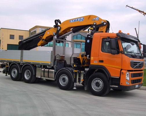 Camion gru grande montaggio a san benedetto del tronto