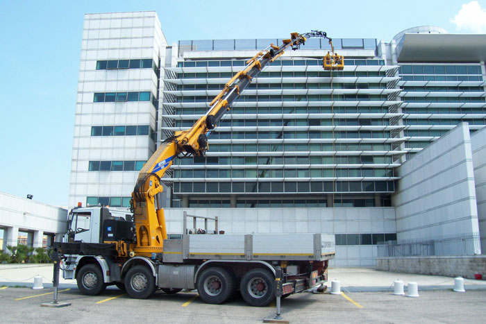 Gru media Effer montaggio allestimento su camion
