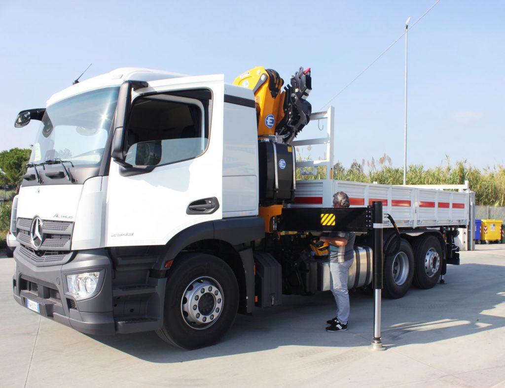 Camion Mercedez benz actros 3 assi con gru Effer 205