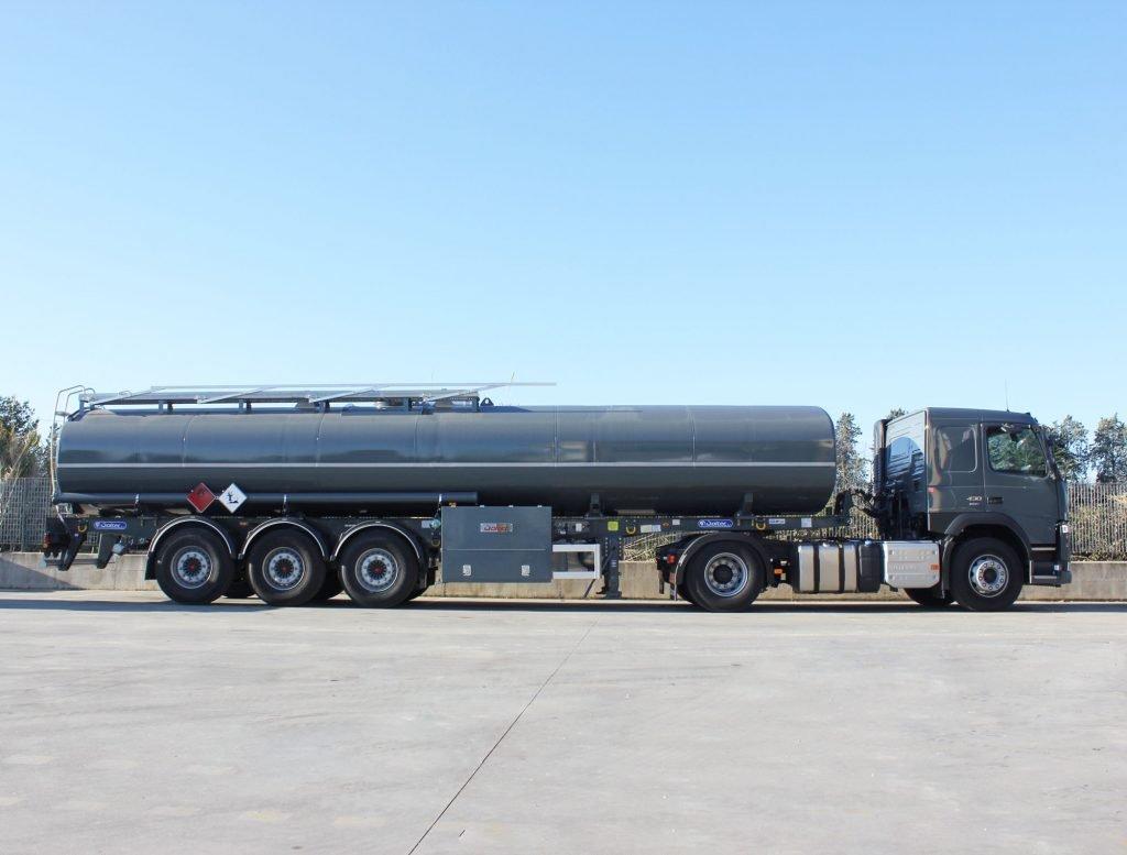 Motrice e semirimorchio per il trasporto di carburante avio tipo JP5