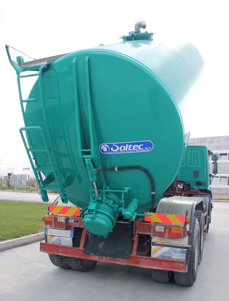 Montaggio su camion cisterna per fanghi di lavaggio