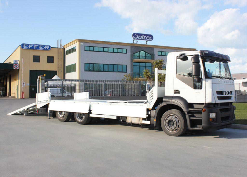 Pedana di carico su automezzo Iveco, per trasporto di carrelli elevatori grandi