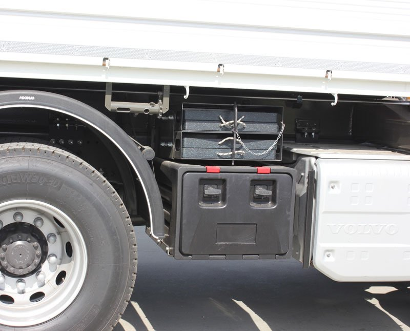 Cassetta porta attrezzi plastica su autocarro, verricello e porta piastre